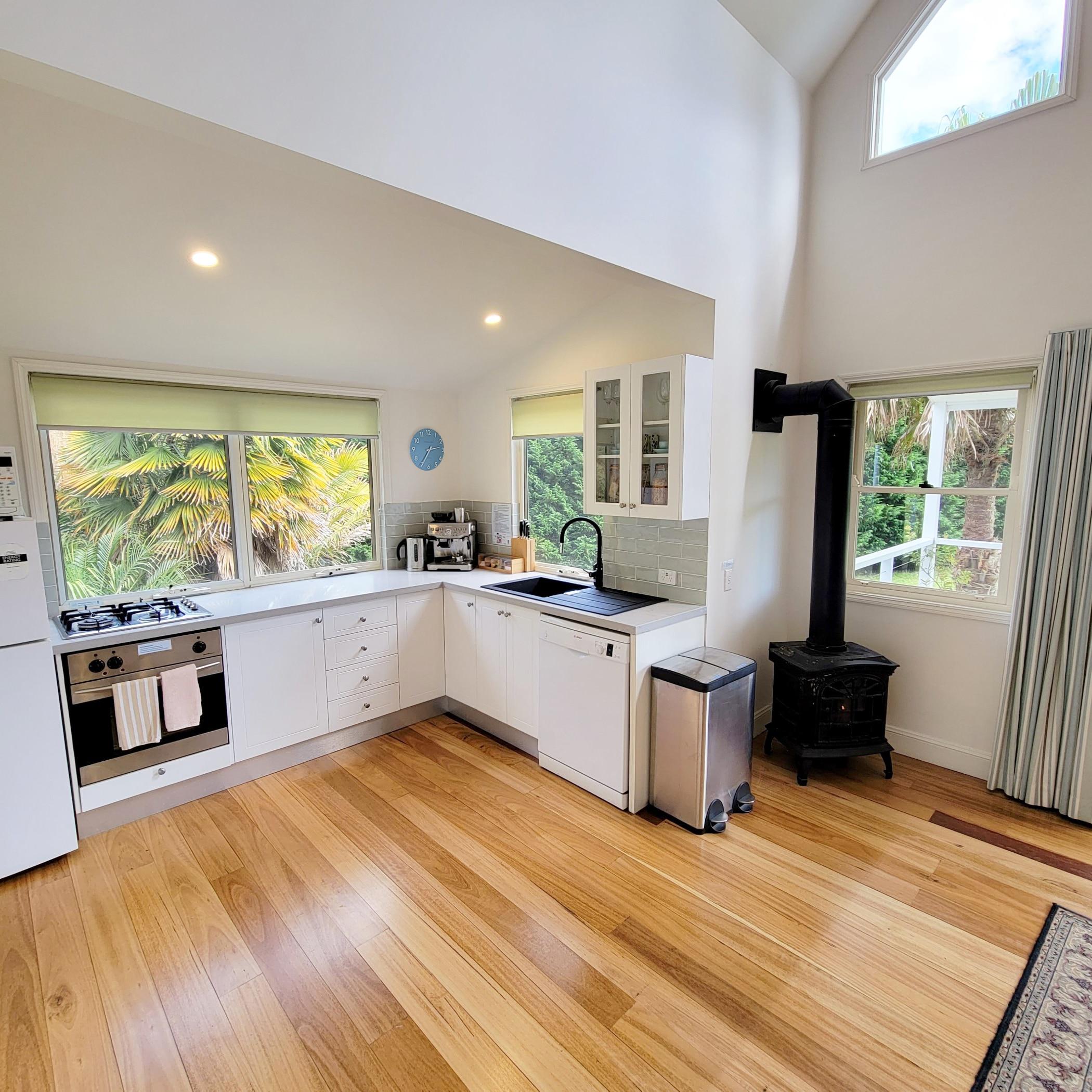 Lyrebird Lodge - kitchen